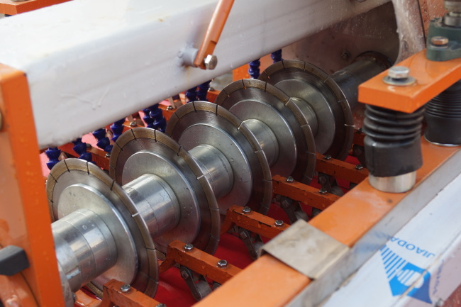 The cutting blade of electric tile cutter